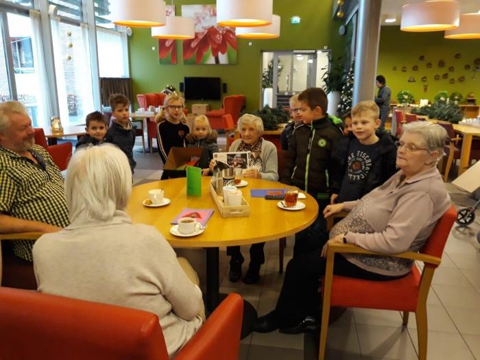 KBO-leden Alphen verrast met kerstkaarten schoolkinderen